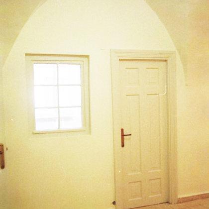 קומת מרתף – דלת חדר אופיינית