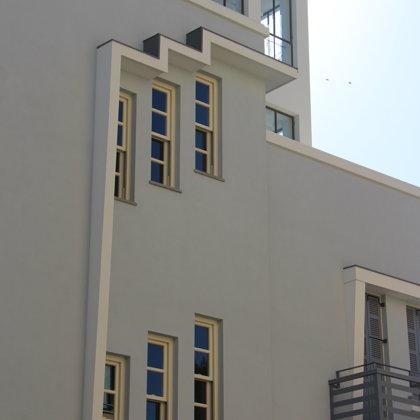 צילום תקריב של חלונות חדר המדרגות